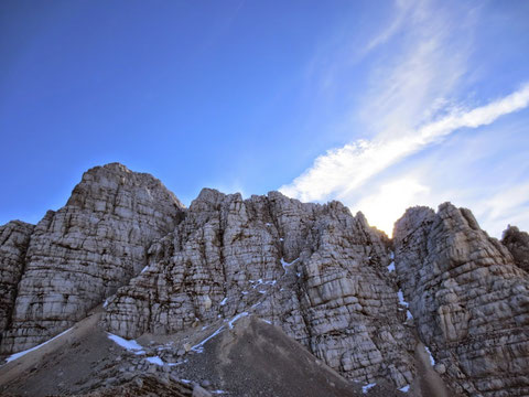 Blick von der Forca de lis Sieris auf die Foronon Schulter - ungefähr in der Bildmitte führt der Klettersteig hinauf