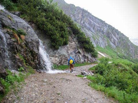 Von allen Seiten stürzen Wasserfälle ins Tal...