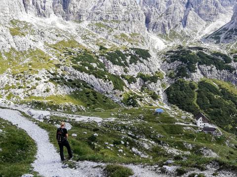 Gleich haben wir unser heutiges Ziel erreicht - die Corsi-Hütte - eingebettet inmitten der gewaltigen Felskulisse der Wischberggruppe