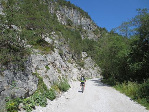 Bei Camporosso geht es hinein in den Bartolograben (Val Bartolo)