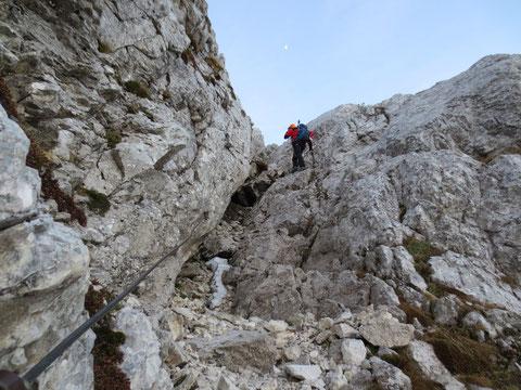 Zügig geht es gleich nach dem Einstieg in den Klettersteig durch den Einschnitt in der Westwand hinauf