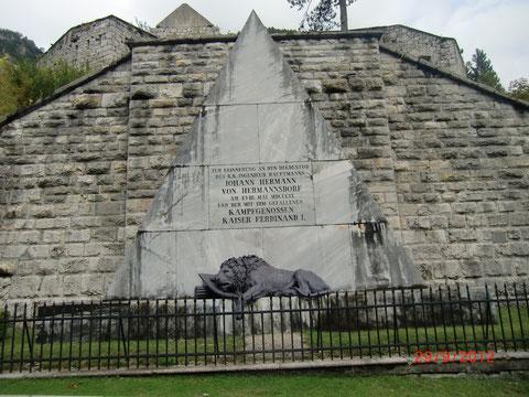 Das Hermann-Denkmal am Predil in Erinnerung an den Heldentod von Hauptmann Hermann von Hermannsdorf und seiner Kampfgenossen in den Franzosenkriegen 1809 - erbaut aus Krastaler Marmor