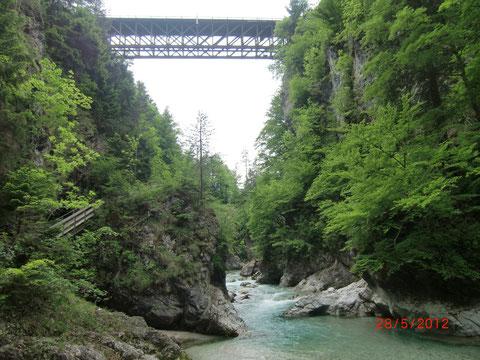 Die Eisenbahnbrücke der 1870 eröffneten  Kronprinz-Rudolf-Bahn der Bahnstrecke Tarvis-Laibach