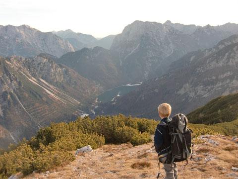 Blick zum Predilpass, Raiblersee, dahinter Raibler Seekopf 2.126m
