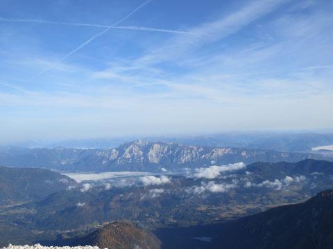 Der langgezogene Bergstock des Dobratsch von Süden, vom Mangart (2.679m) aus gesehen