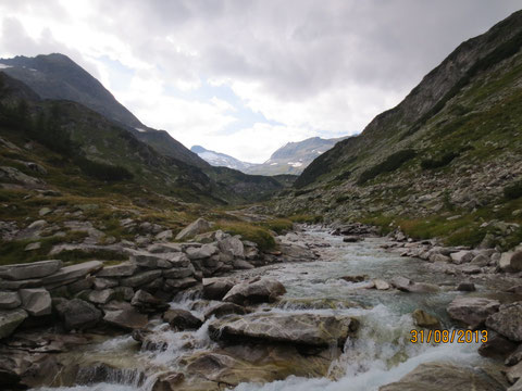 Der Kleinelendbach am Ende des Kleinelendtales, bevor er über einen kleinen Wasserfall in den Kölbreinspeicher stürzt