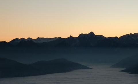 Blick vom Dobratsch in das beginnende Kanaltal zu den Julischen Alpen mit Kanin- Wischberg- und Montaschgruppe, in der Bildmitte links ist der Raibler Fünfspitz (dunkel) gut zu erkennen
