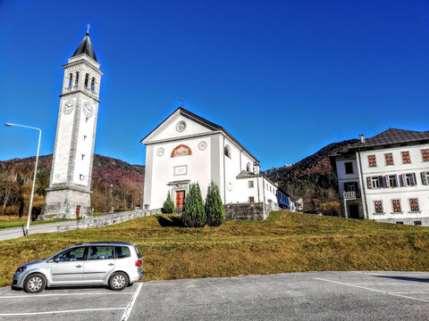 Wieder zurück beim Ausgangspunkt: Dem großen Parkplatz vor der Kirche Parrocchia della Santissima Trinità oberhalb von Ovaro