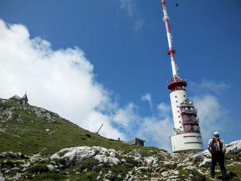 Bald ist das Ziel erreicht - der Dobratschgipfel mit Wallfahrtskirche, Gipfelhaus und ORF-Sendeturm