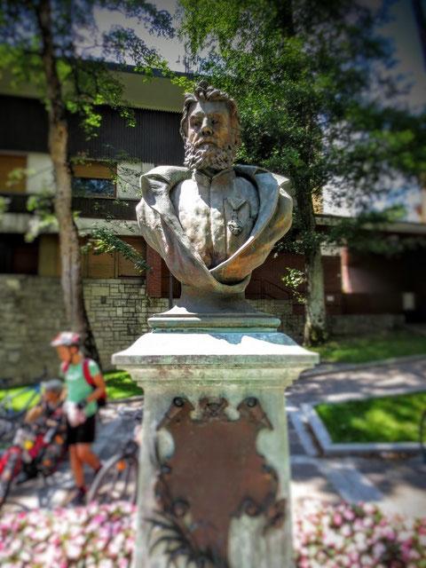 Das 1895 zu Ehren des beliebten langjährigen Bürgermeisters errichte Schnablegger-Denkmal in Tarvis