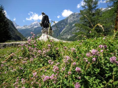 Das Denkmal für den Erschließer der Julischen Alpen - Dr. Julius Kugy - an der Südseite der Vršič-Passstraße