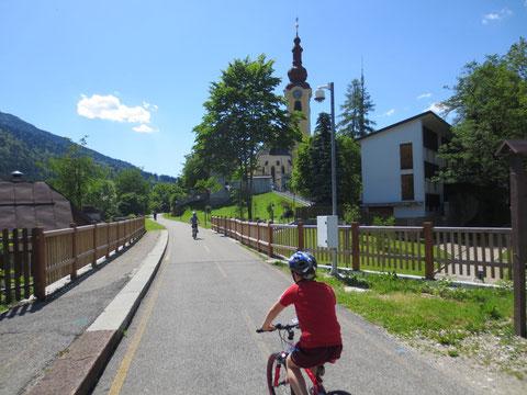 Der Radweg führt auf der historischen Eisenbahnstrecke mitten durch Tarvis