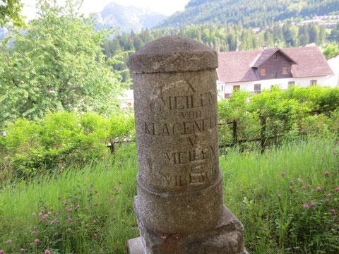 Meilenstein aus der Zeit, in der Tarvis noch zu Österreich gehörte