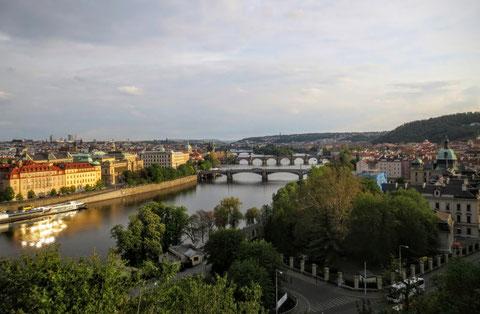 Erster Blick vom Letná-Park auf die Altstadt von Prag - die Moldau mit der Mánesův most (Manes-Brücke) und der weltberühmten Karlsbrücke (Karlův most)