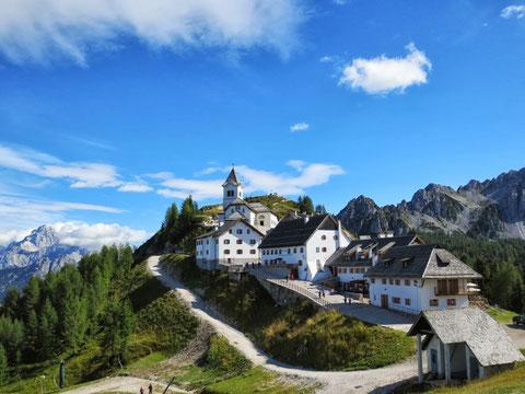 Seit Jahrhunderten der Wallfahrtsort der drei europäischen Völkerfamilien: der Germanen, Romanen und Slaven - Der heilige Luschariberg (Monte Santo Lussari)