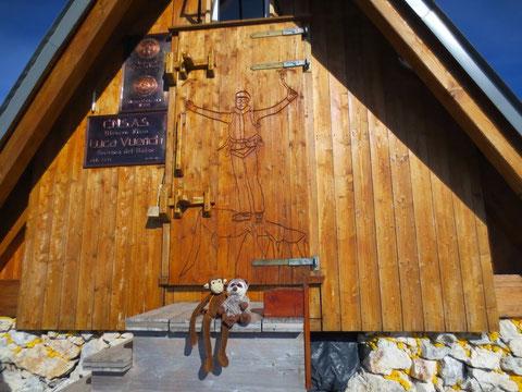 Die Maskottchen einer slowenischen Bergsteigerin sitzen freundlich in der Sonne