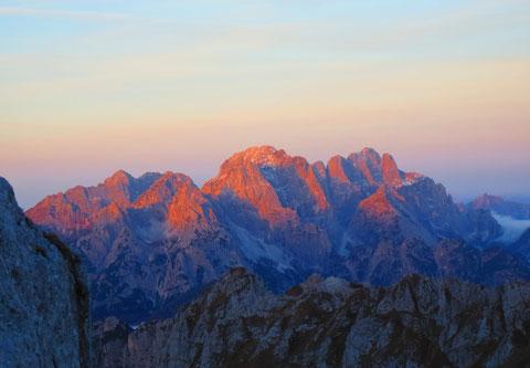 Die Morgensonne grüßt die Bollwerke des Wischberg und Montasch