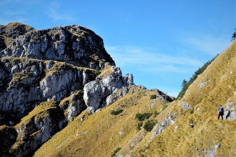 Das Gipfelkreuz des Monte Schenone glänzt in der Sonne...