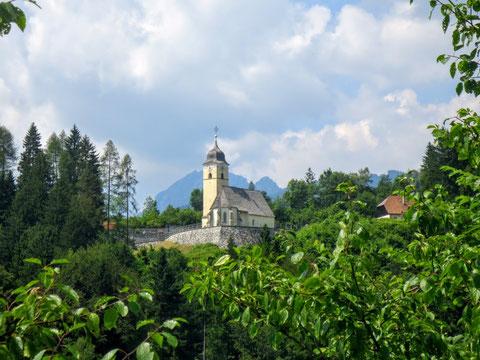 Die idyllisch gelegene Kirche von Coccau, kurz nach der österreichisch-italienischen Grenze vor Tarvis