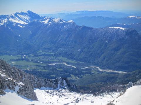 Blick vom Winter in den Frühling  - vom V. Stador (2.165 m) hinunter ins Socatal bei Bovec