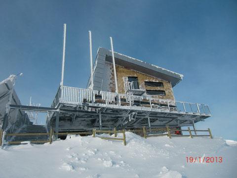 Das am 21.12.2010 eröffnete neue Dobratsch-Gipfelhaus trotzt Sturm und Kälte