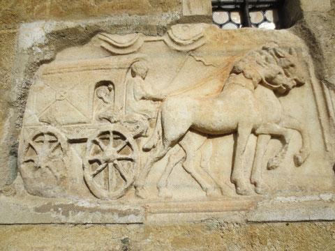 Das berühmteste römische Wagenrelief Österreichs, eingemauert in der Fassade des Maria Saaler Doms