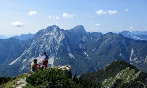 Einer der schönsten Rastplätze - das Bankerl in der Nähe der Schutzhütte Cjasùt dal Sciôr - im Hintergrund die Creta Grauzaria (2.065 m)