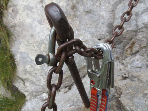 Am Zuc della Guardia ist der Klettersteig statt mit den üblichen Drahtseilen mit Gliederketten versichert