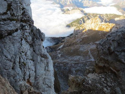 Blick vom Klettersteig auf die Mangart-Hütte