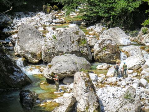 Fischer am Fluss Učja an der Grenze Slowenien / Italien
