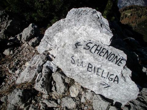 Links geht es hinauf zum Monte Schenone (1.950 m), rechts hinunter zur Sella Bieliga (1.472 m)