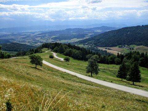 Schöner Blick vom Gipfel des Magdalensberges nach Süden und auf die zurückgelegte Strecke