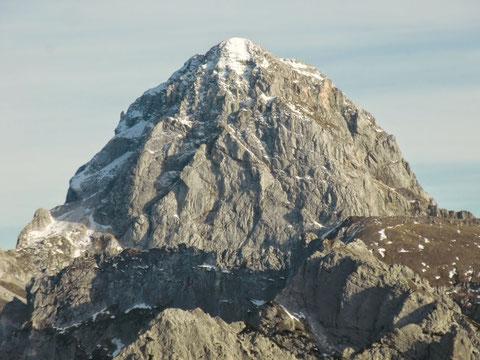 Das formschöne Mangart-Gipfelmassiv 2.679m