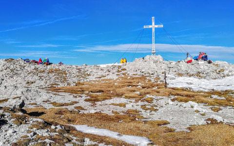 Der an diesem strahlenden Novembertag von Italienern und Österreichern vielbesuchte Gipfel des Trogkofel / Creta di Aip (2.279 m)