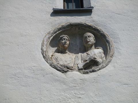 Gut erhaltenes Römisches Relief-Medaillon (Porträt eines römischen Ehepaares) in der Fassade des Kirchturmes von St. Michael