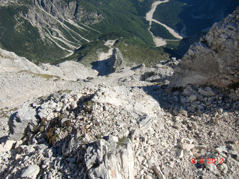 Blick vom Montasch-Ostgrat in die senkrecht in die Seissera abfallende Nordwand