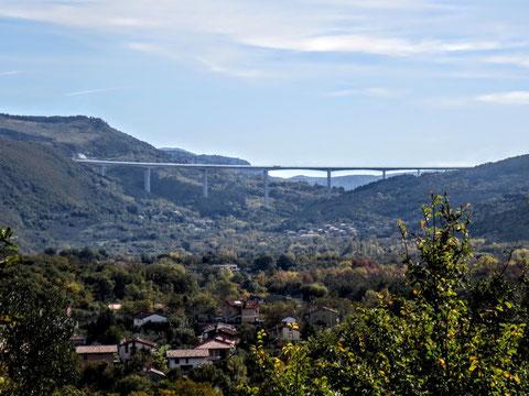 Die Brücke der slowenischen Autobahn A1, die in die slowenische Hafenstadt Koper führt