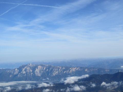 Wunderbarer Blick auf den langgezogenen Bergstock des Dobratsch, der zum Villacher Becken hin flach ausläuft
