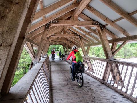 Die 45 Meter lange Holzbrücke über den Großen Dürrenbach bei Maria Elend im Rosental