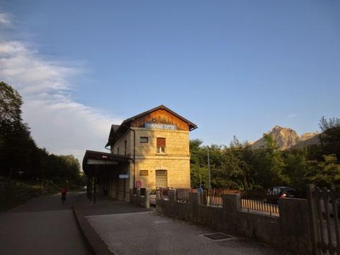 Mit den letzten Sonnenstrahlen geht es vorbei am historischen Bahnhof Tarvis-Stadt
