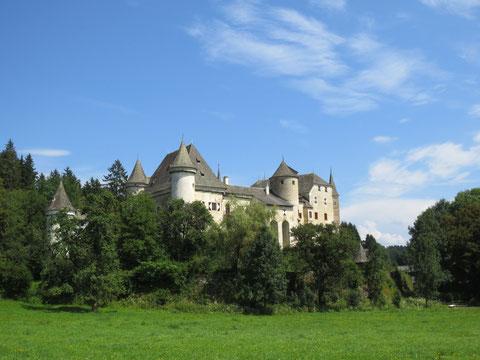 Wie aus dem nichts steht es plötzlich da, das gewaltige Schloss Frauenstein