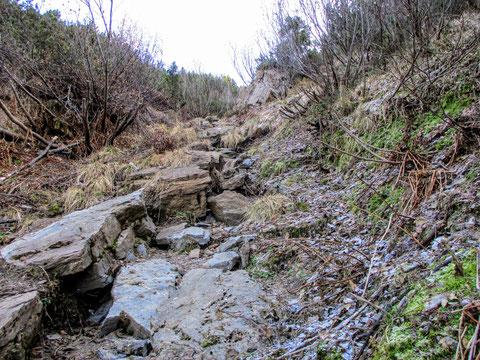 Steiler Anstieg über frostiges Gestein auf das nächste Plateau