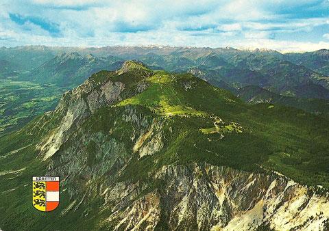 Ansichtskarte aus den 1980er Jahren, Dobratsch aus der Vogelperspektive mit Südwand und Blick ins Gailtal, im Hintergund das Panorama der Hohen Tauern