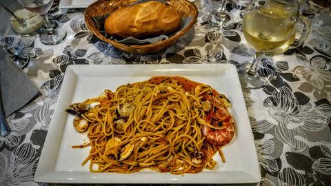 Perfektes Essen in einer einfachen Taverne in Muggia