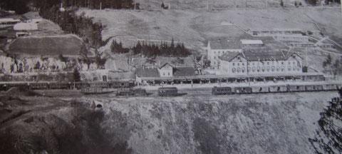 Diese alte Aufnahme zeigt den festlich geschmückten Bahnhof anläßlich der Ankunft des österreichischen Kaisers Franz Josef