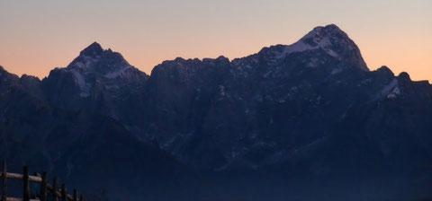 Jalovec und Mangart von Norden bei Sonnenuntergang vom Dobratsch aus gesehen