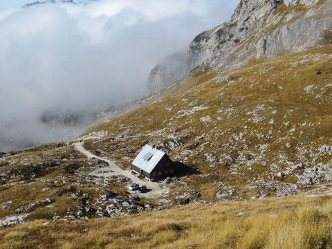 Die heutige Mangart-Hütte Koča na Mangrtskem sedlu des slowenischen Alpenvereines