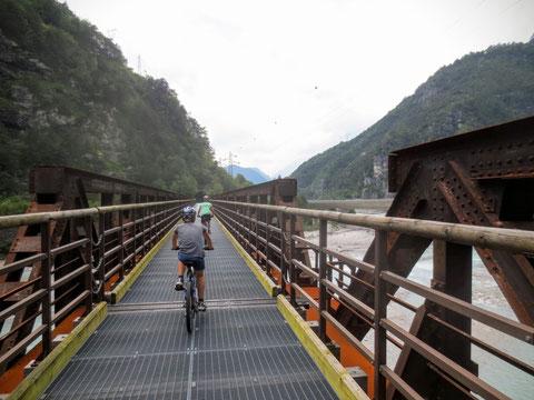Wir überqueren wieder einmal auf einer ehemaligen Eisenbahnbrücke unsere treue Begleiterin, die türkisfarbene Fella