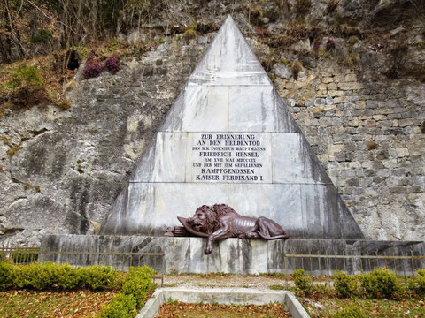 Das Hensel-Denkmal in Malborgeth mit dem sterbenden Löwen