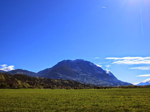Blick nach Osten durch das untere Gailtal auf den mächtigen Bergstock des Dobratsch / Villacher Alpe